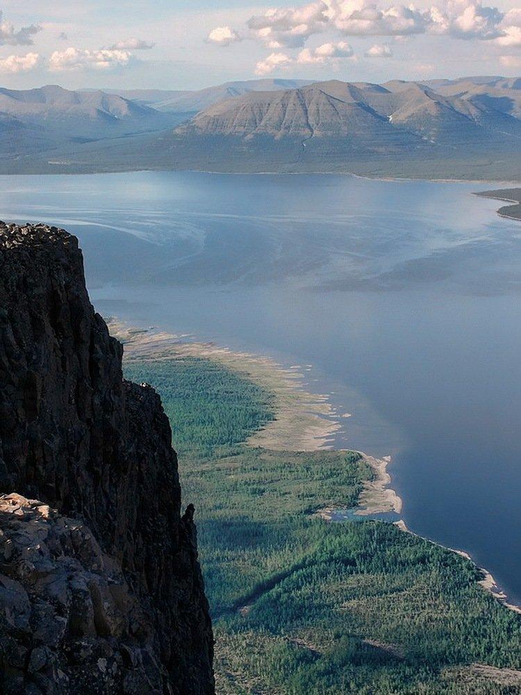 Вид сверху ( высота плато около километра над уровнем озера )