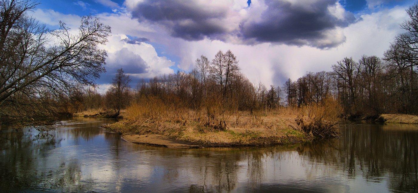 Погода на реке Навле встречает нас страшноватыми грозовыми тучами