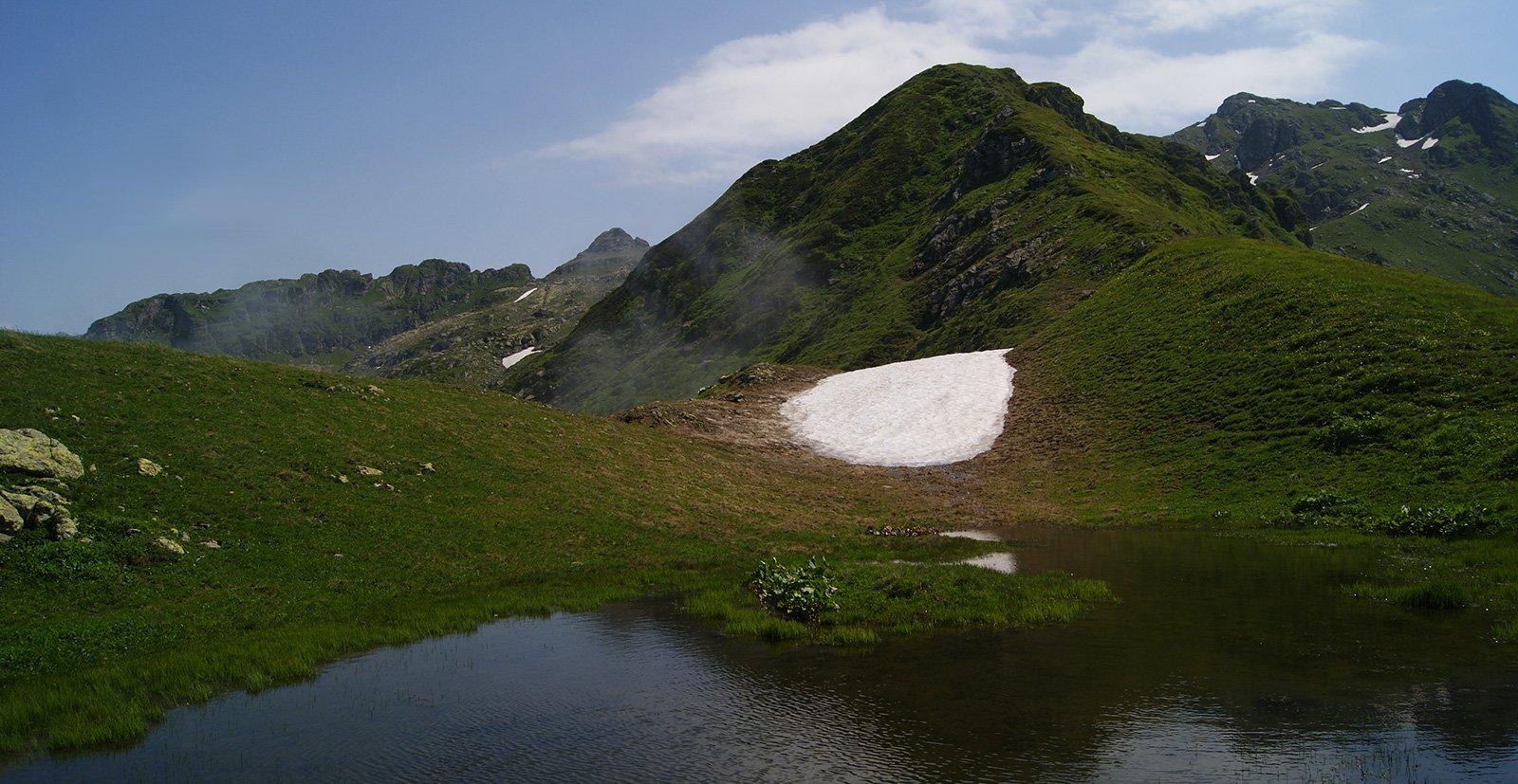 озеро на перевале Дзыхва