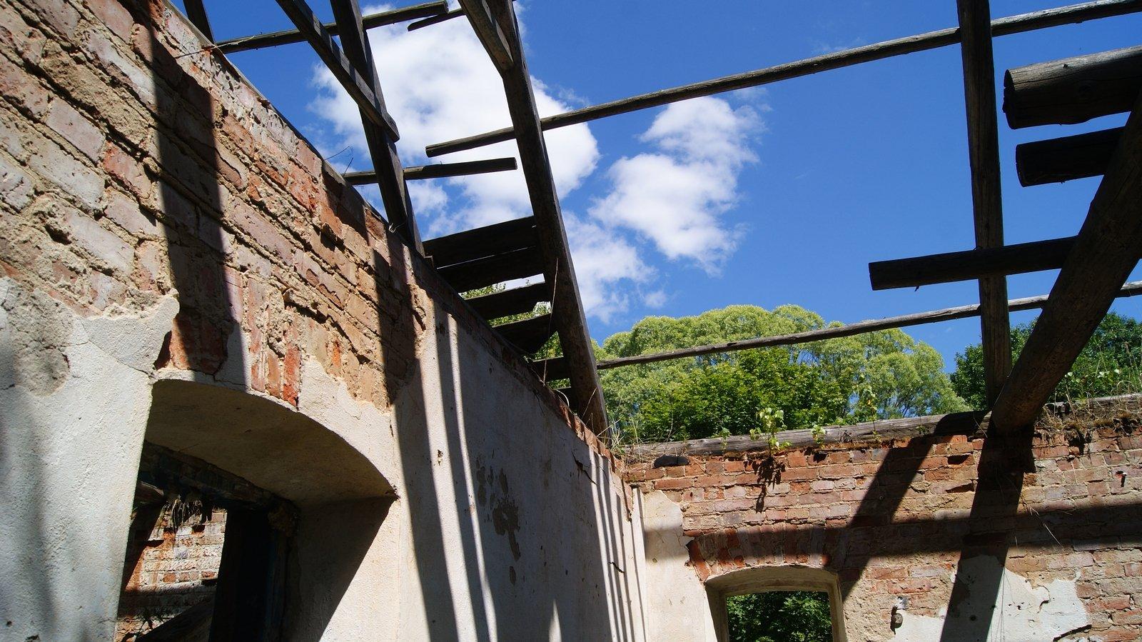 Многие крыши провалились а стены стоят себе целехоньки