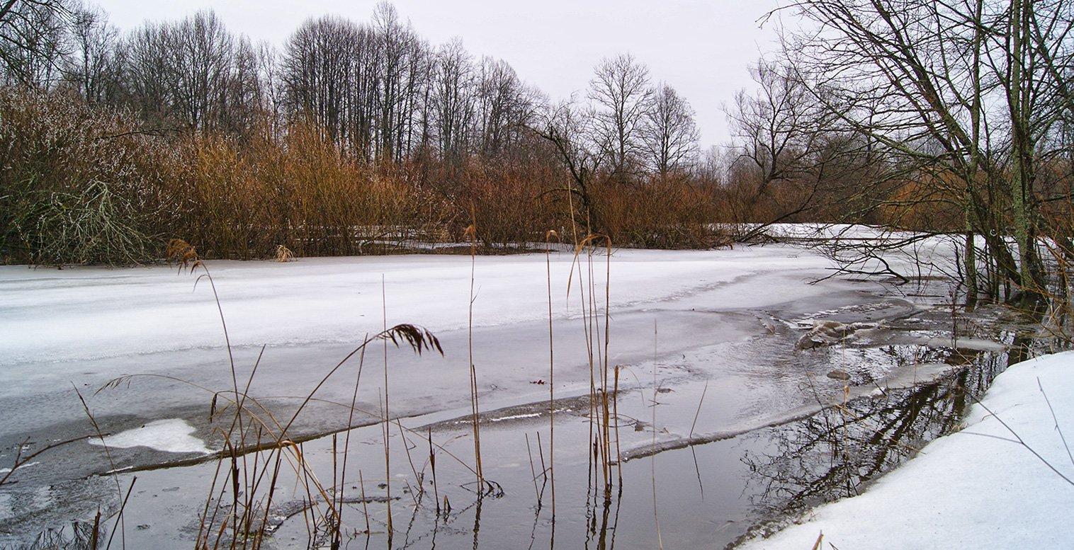 Кое-где вода в Снежети подошла вровень к урезам берегов ...