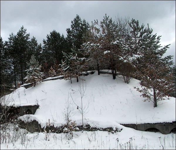 На этом холме размещалась станция наведения ракет СНР-75