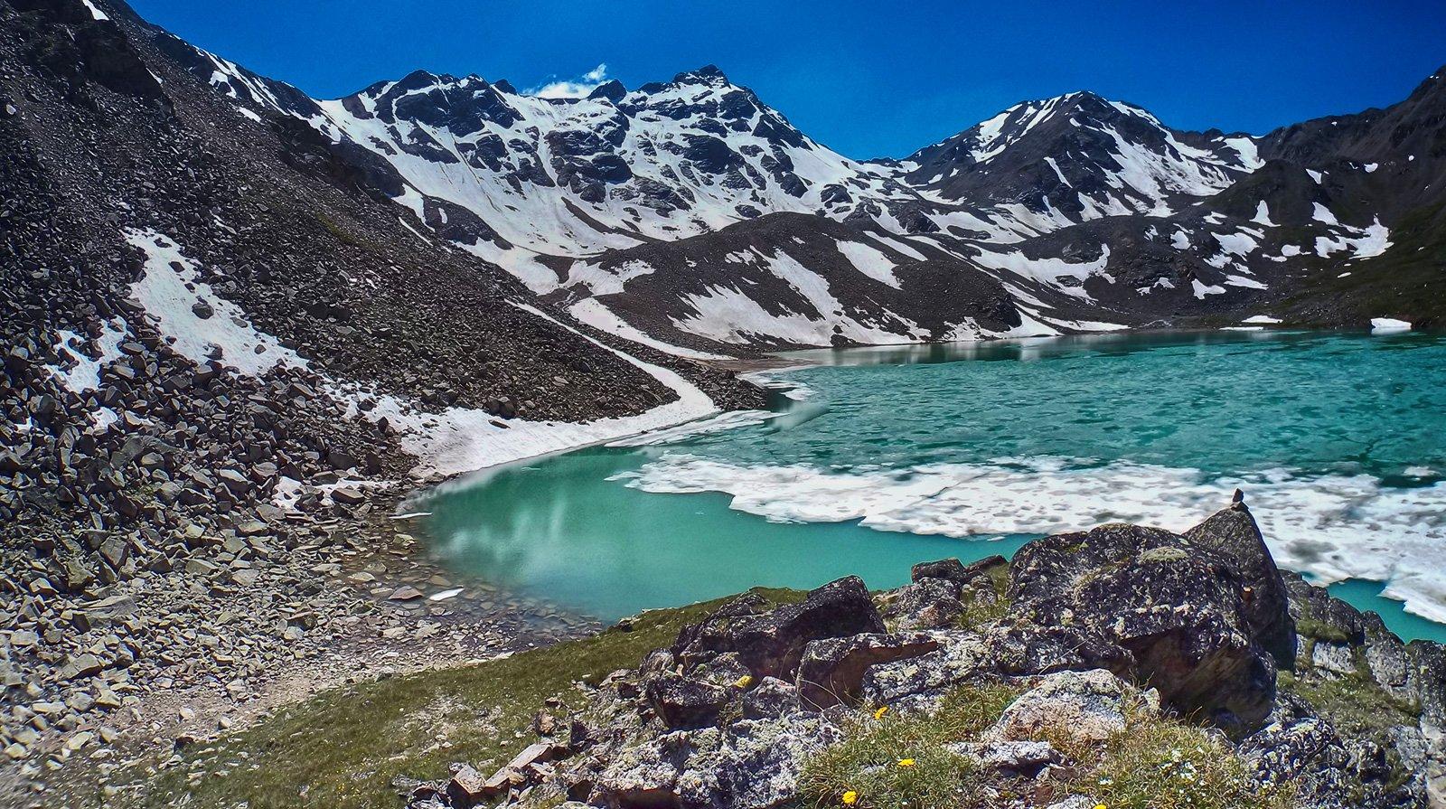 на озере никогда не тает лёд....