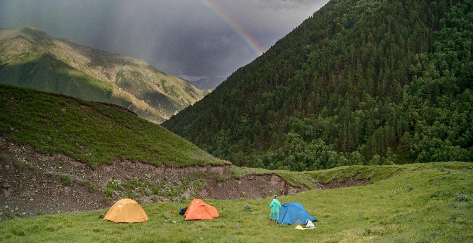 палатки и радуга над Кыртыком