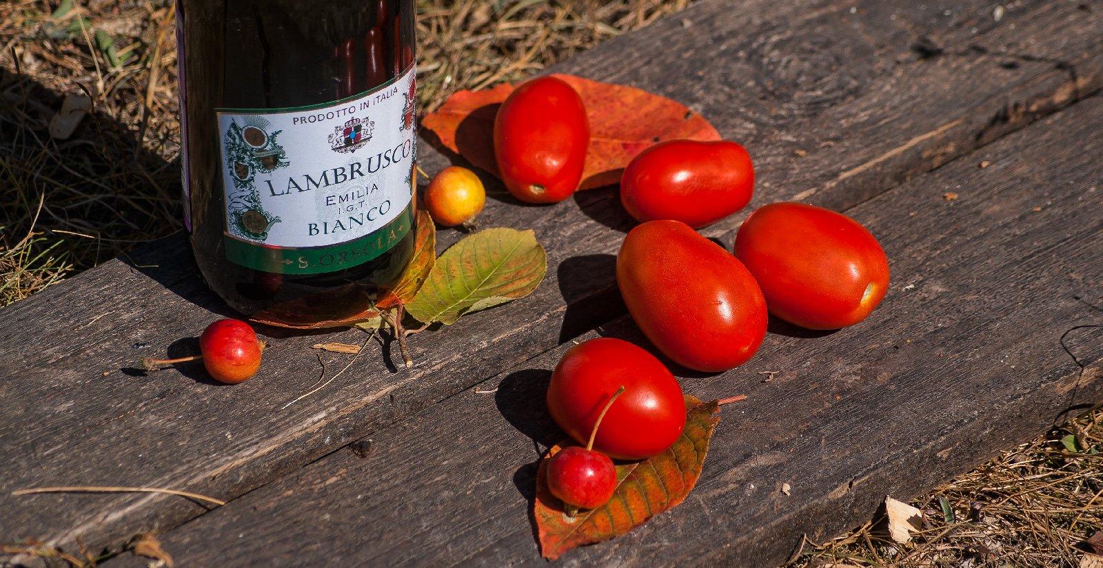 Немного помидорок с рынка и яблочек с соседнего дерева