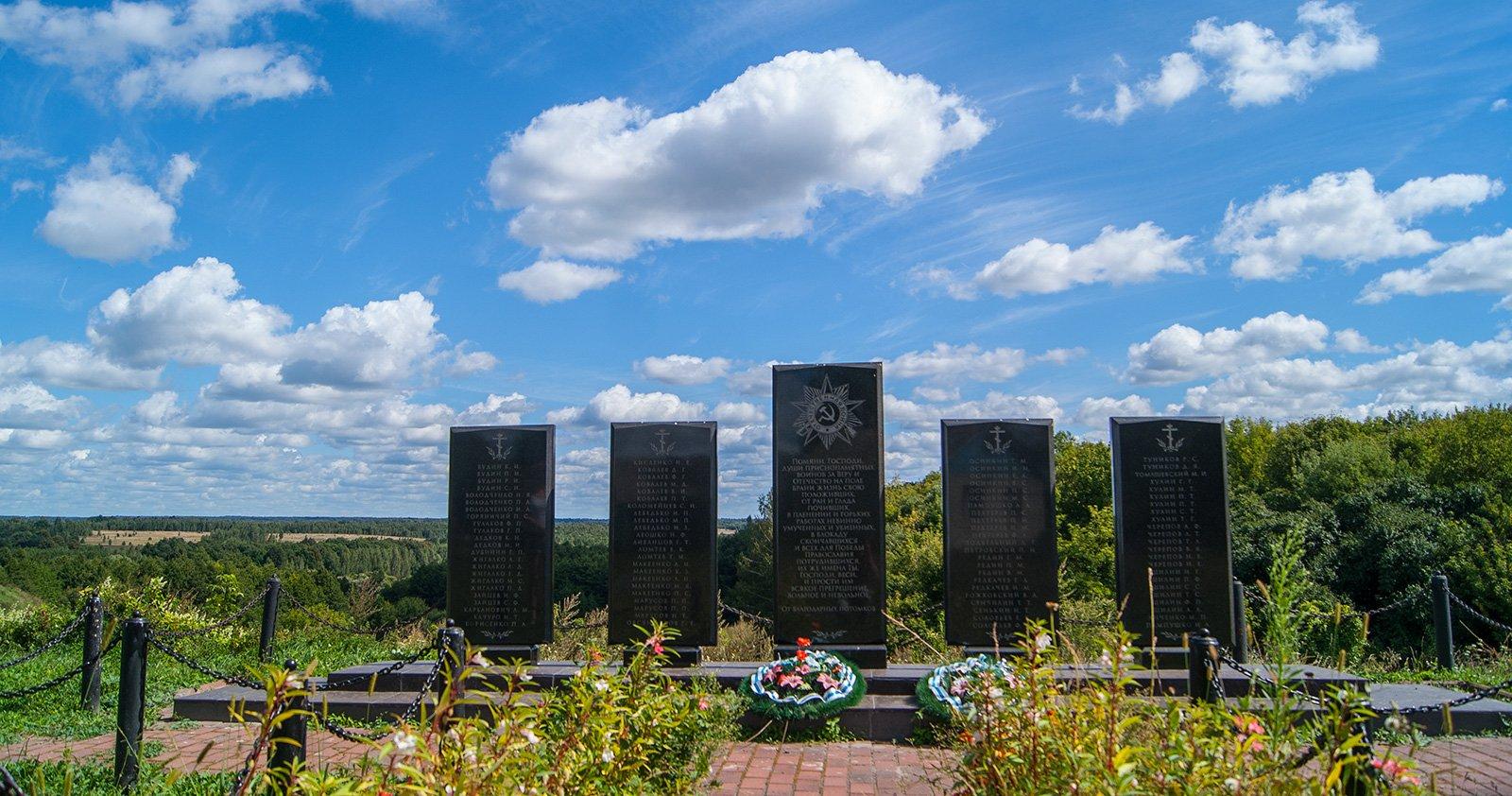 Памятник воинам Великой Отечественной расположен в центре села рядом с церковью Николая Чудотворца, на краю холма