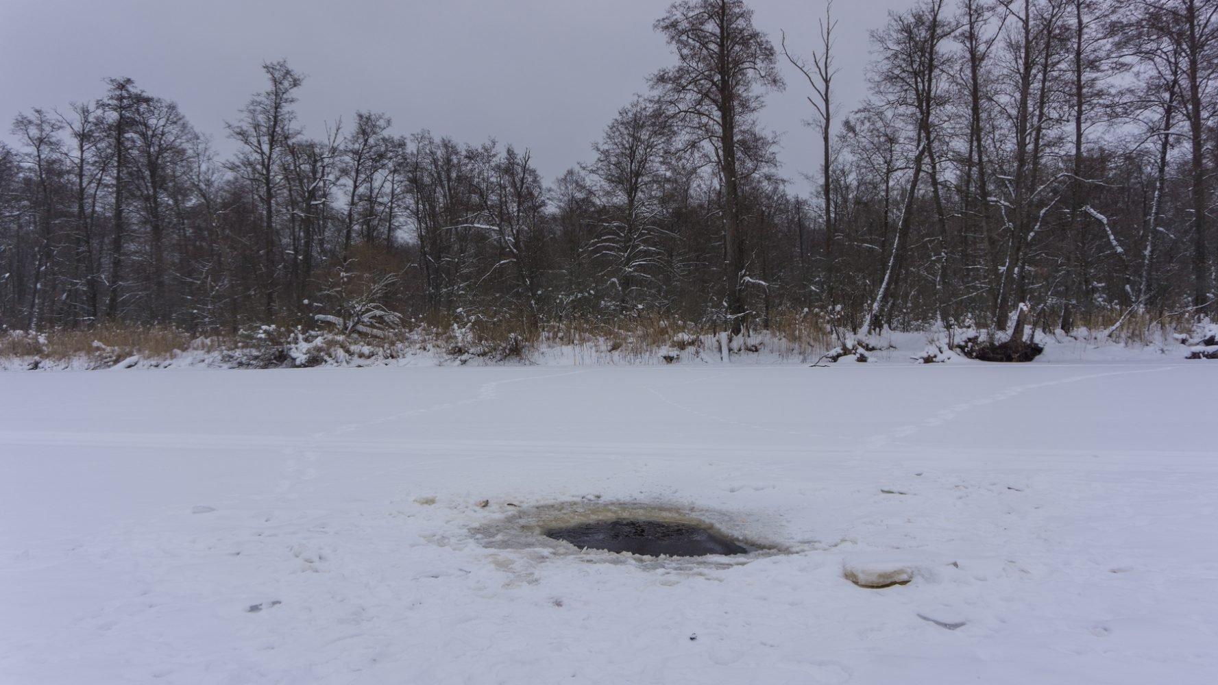 Лёд на озере больше 20 сантиметров, местные рыбаки поддерживают несколько прорубей для предотвращения замора рыбы.