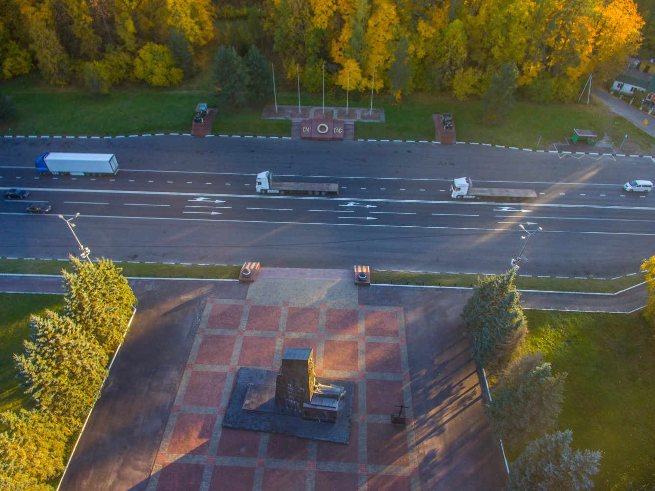 """Памятник """"Воинам-водителям"""" в осенней позолоте"""