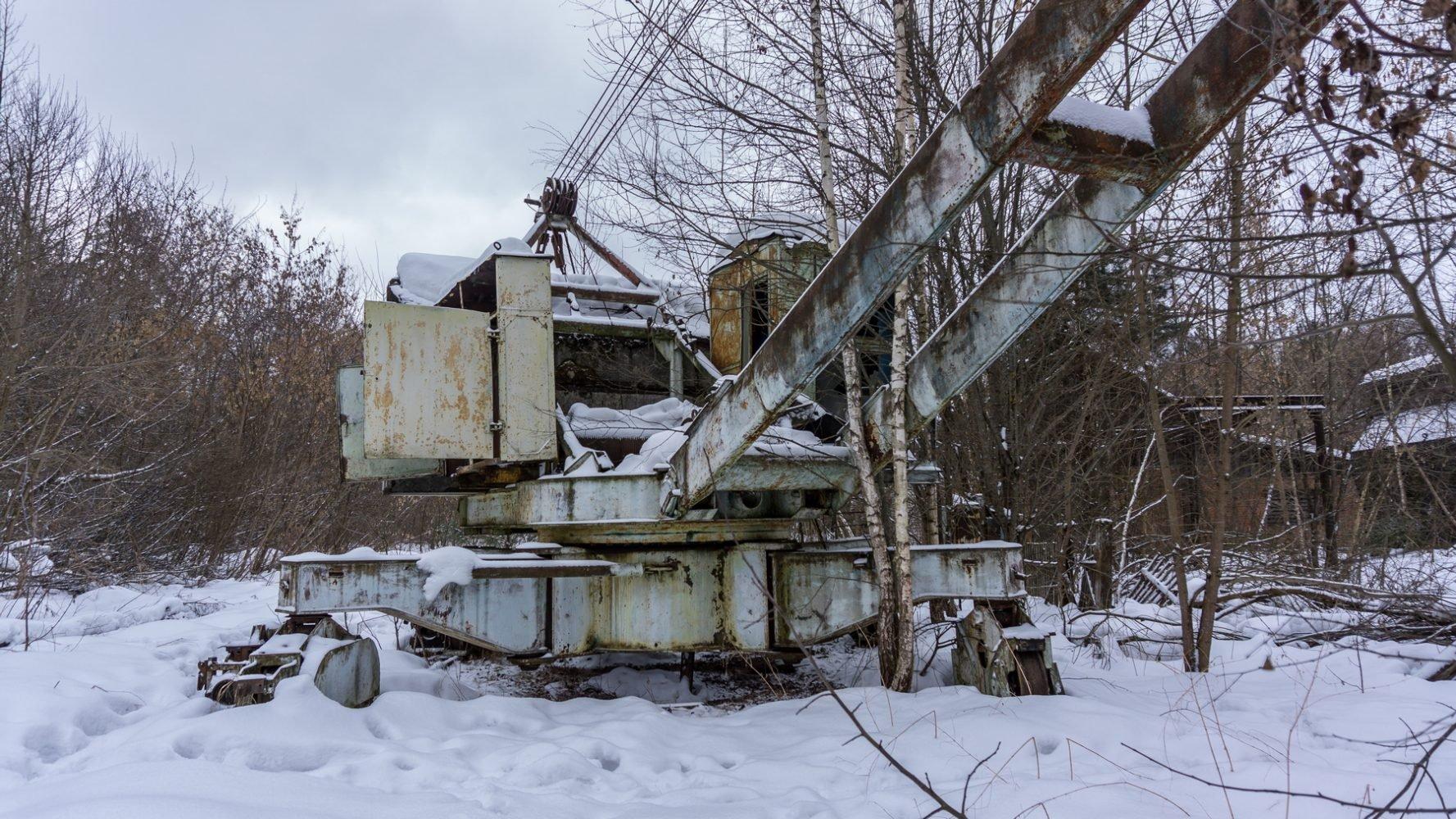 Заблудившийся в лесу электрический рельсовый стреловой кран